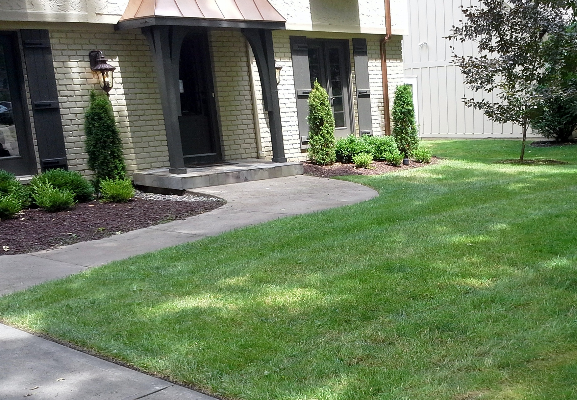 Bed Maintenance Mulching in Kansas City - SK Lawn and ...